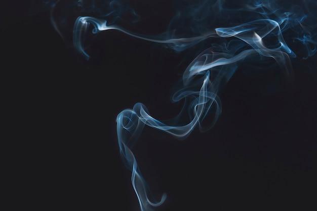 어두운 벽지에 푸른 연기 무료 사진