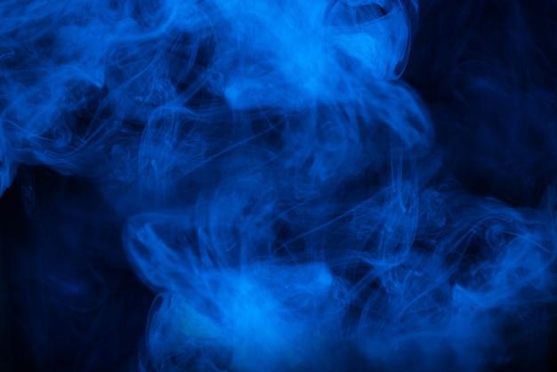 Синий пар на черном фоне. скопируйте пространство. Premium Фотографии