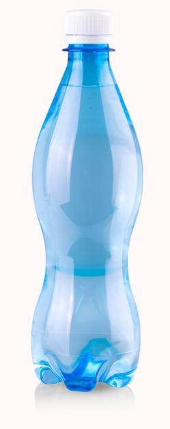 Синие бутылки с водой на белом фоне Premium Фотографии