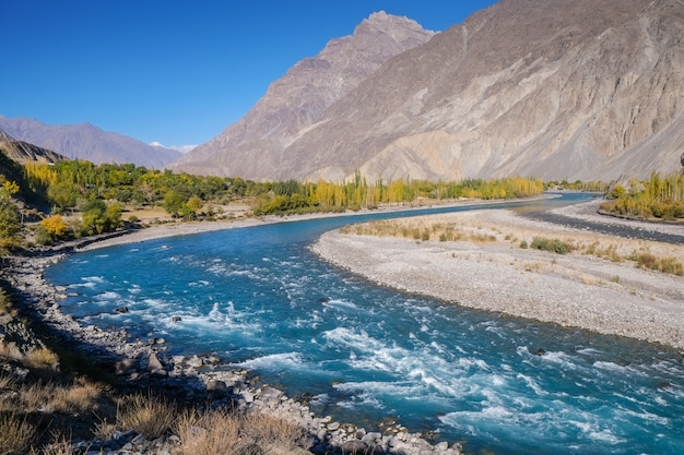 Blue water of gilgit river flowing through gupis, ghizer, gilgit-baltistan, pakistan. Premium Photo