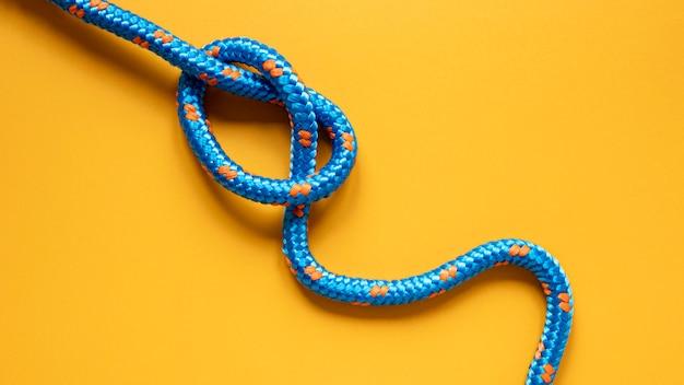 青と黄色のドットセーラーロープの結び目 Premium写真