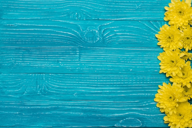 Blue wooden background with flowers and space for messages Free Photo