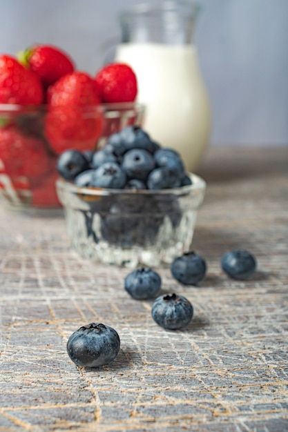 朝食にはブルーベリーとイチゴを用意しています。健康的な食事 Premium写真