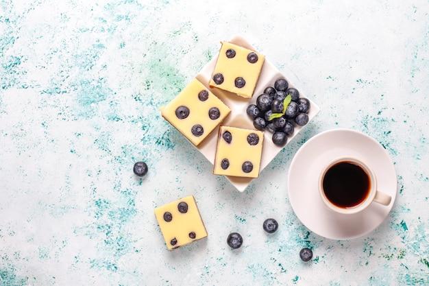 蜂蜜と新鮮な果実のブルーベリーチーズケーキバー 無料写真