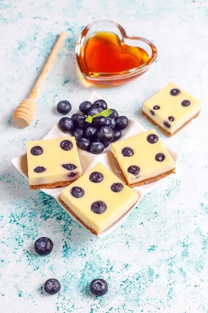 Barrette di cheesecake ai mirtilli con miele e frutti di bosco freschi. Foto Gratuite