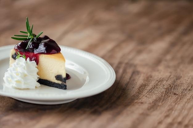 Blueberry new york cheesecake with whipped cream Premium Photo