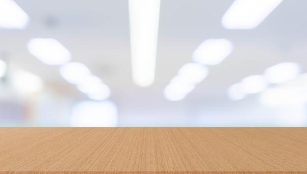 背景デザイン広告のコンセプトのためのモダンな木製テーブルの視点でオフィスをぼかす Premium写真