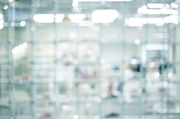 技術室の棚と白い部屋の中のbluredモダンなボケ味 Premium写真