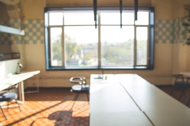 明るいインテリアと現代の職場の背景をぼかし。 Premium写真