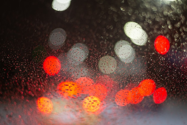 빗방울과 조명으로 배경을 흐리게. 프리미엄 사진