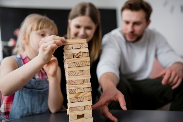 Размытое семейство, играющее jenga Бесплатные Фотографии
