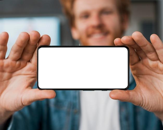 コピースペースの携帯電話を持っているぼやけた男 無料写真