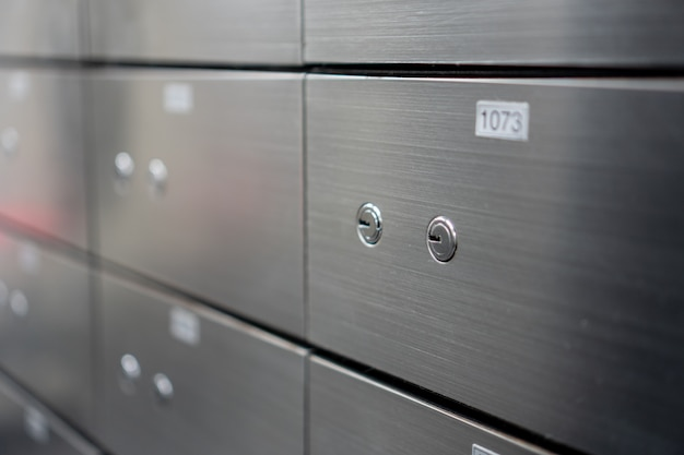 Размытые металлические сейфы панели панели стены. концепция безопасности и банковской защиты. Premium Фотографии