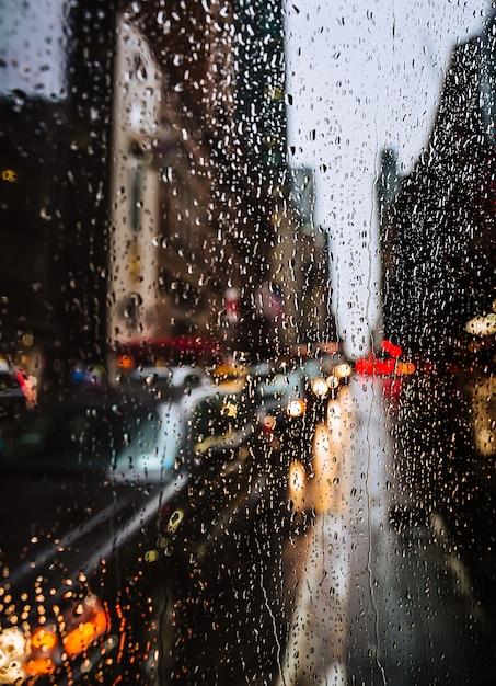 水滴、ライト、雨の夜の時間の車でニューヨーク市の通り背景をぼかした写真 Premium写真
