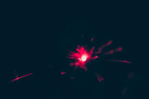 Размытый красный фейерверк в канун нового года на черном фоне Бесплатные Фотографии