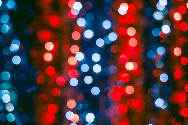 크리스마스 빨간색과 파란색 불빛의 흐릿한 샷 무료 사진
