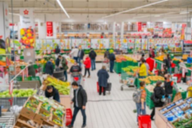 흐리게 슈퍼마켓. 소매점에서 상품 판매. 상점에서 쇼핑객의 배경을 흐리게. 프리미엄 사진
