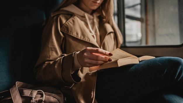 Размытая женщина, читающая книгу в поезде Бесплатные Фотографии