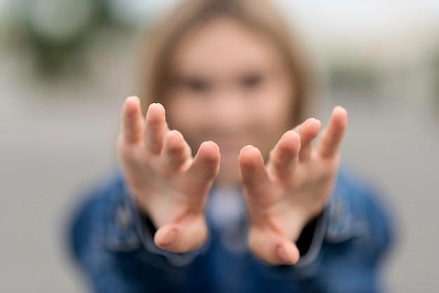 Donna vaga che allunga le sue mani Foto Gratuite