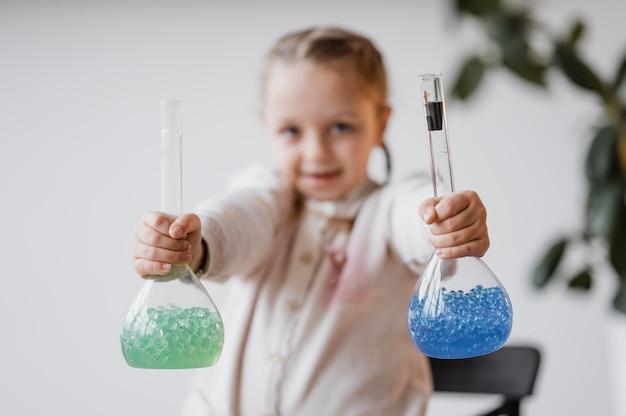받는 사람의 화학 원소를 들고 모호한 소녀 무료 사진