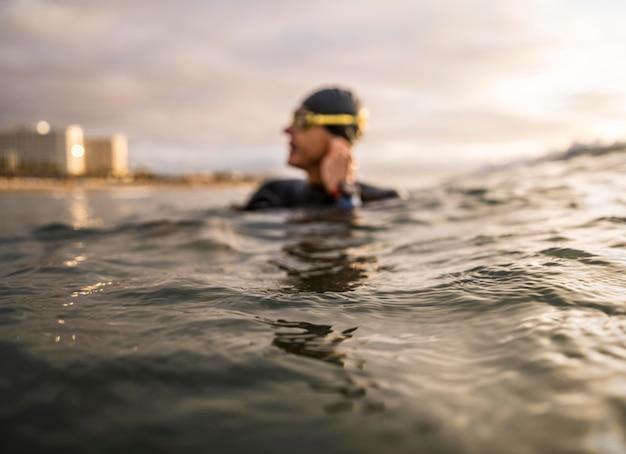 Uomo sfocato in acqua con gli occhiali di protezione Foto Gratuite