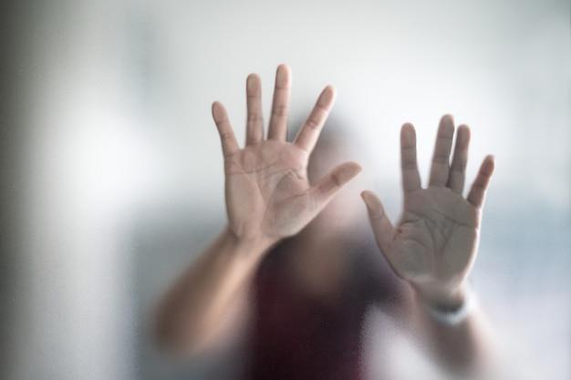 젖빛 유리 은유 공황과 부정적인 어두운 감정적 인 뒤에 모호한 여자 손 프리미엄 사진