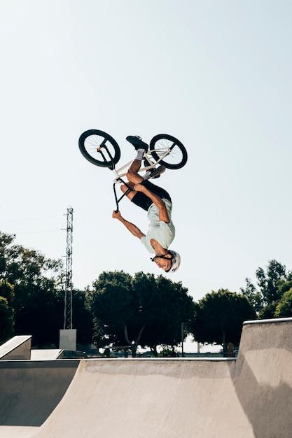 逆さまにジャンプするbmxライダー 無料写真