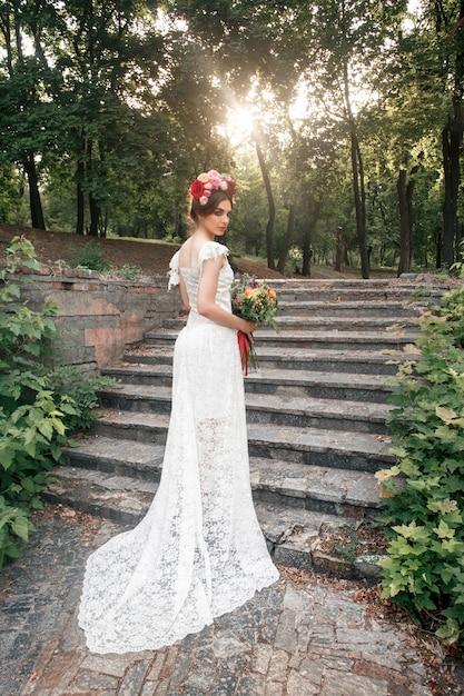 自由bo放に生きる、フラワーアレンジメント、庭の装飾テーブルのスタイルで結婚式の装飾。 無料写真