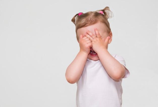 少し怖いまたは泣いているまたは顔を隠すbo-のぞき女の子を再生 Premium写真