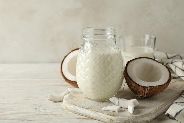 木製の新鮮なココナッツとココナッツミルクでボード Premium写真