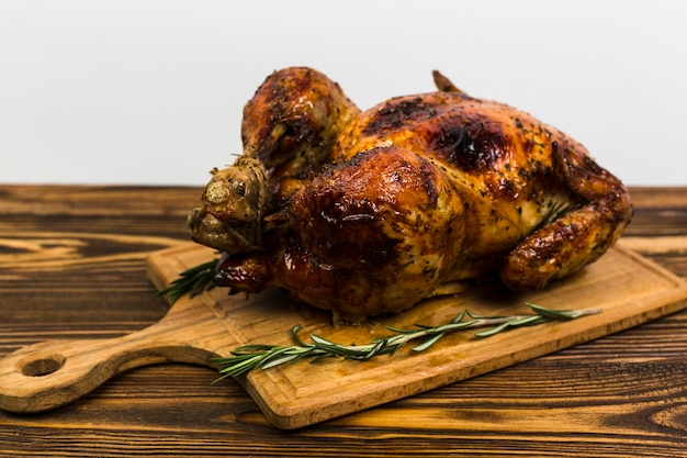 Tavola con pollo arrosto sul tavolo Foto Gratuite