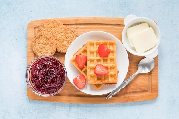 Доска с вафлями и фруктами на завтрак Бесплатные Фотографии