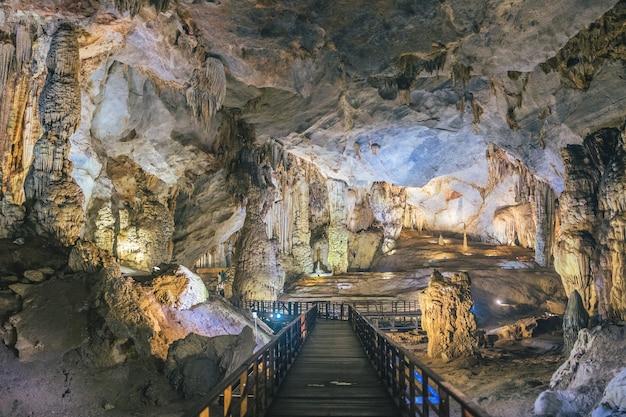 Система дощатого настила внутри красивой райской пещеры во вьетнаме Бесплатные Фотографии