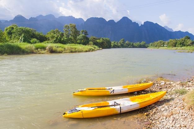 ラオスのvang viengにあるnam song川でボート。 Premium写真
