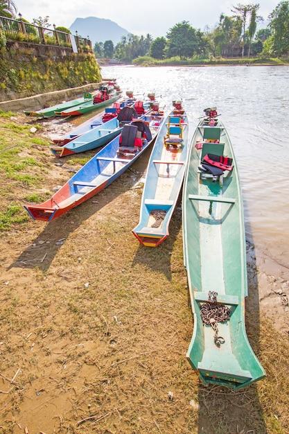 ラオス、ヴァン・ヴィエンのナム・ソング川のボート Premium写真