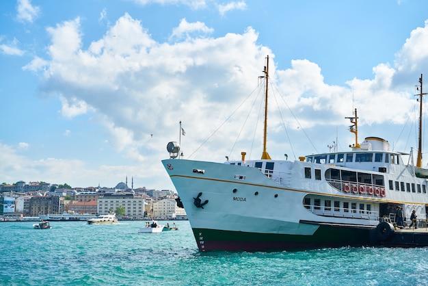 Лодка, плавающие в море Бесплатные Фотографии