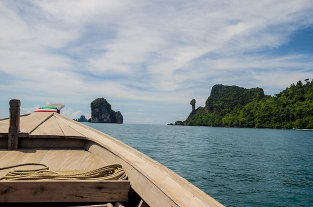 Boat forward to island Premium Photo