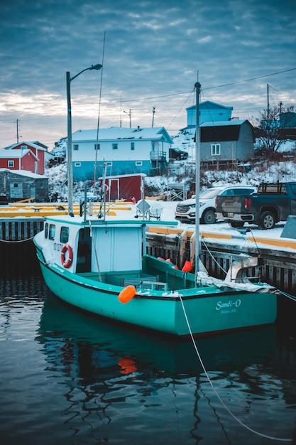 ドックの横に停まっているボート 無料写真