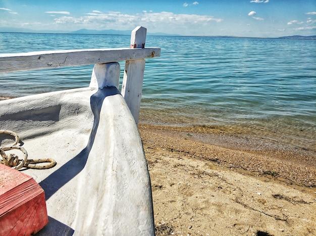 바다의 모래 해안에 주차 된 보트 무료 사진