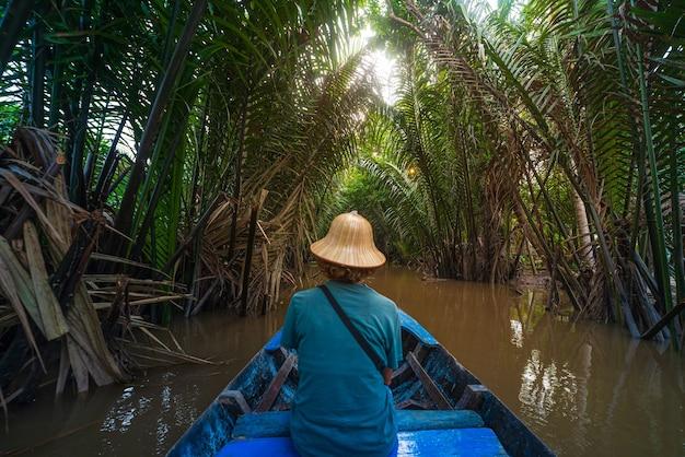Морская прогулка в районе дельты реки меконг, бен тре, вьетнам Premium Фотографии