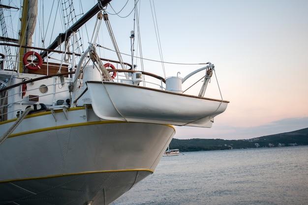 Лодка перевозит вспомогательную лодку Premium Фотографии