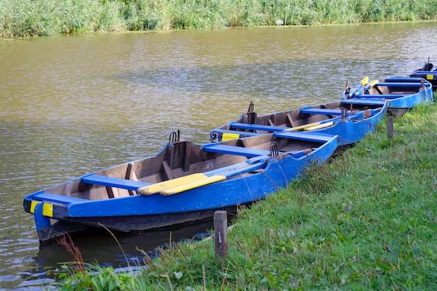 Лодки у реки утром. Premium Фотографии