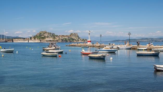 Barche nel porto di corfù grecia Foto Gratuite