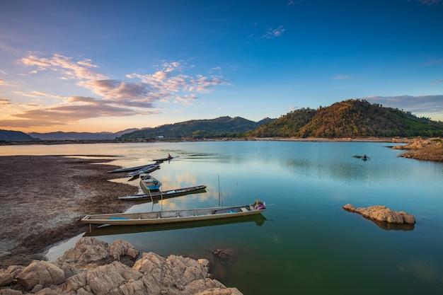 Лодки на реке на рассвете Premium Фотографии