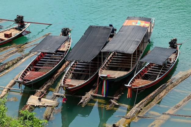 Barche parcheggiate al porto in mare Foto Gratuite