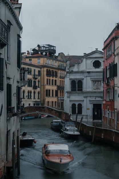Лодки, плывущие по каналам исторической венеции Бесплатные Фотографии