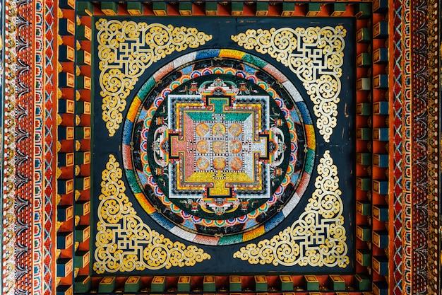 インド、ビハール州、bodh gayaのブータン王立修道院内のブータン美術における仏陀の物語を語る天井の装飾。 Premium写真