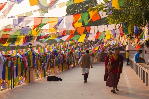 Bodhgayaの人々、bodh gayaは仏教の宗教的な場所 Premium写真