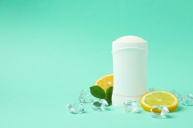 体の消臭剤、氷、レモン、ミントの背景、テキストの空白 Premium写真