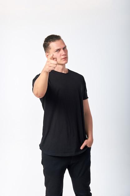 ボディランゲージ。あなたを指しているハンサムな若い自信を持って男。私はあなたを選びます。私はあなたが欲しいです。 Premium写真